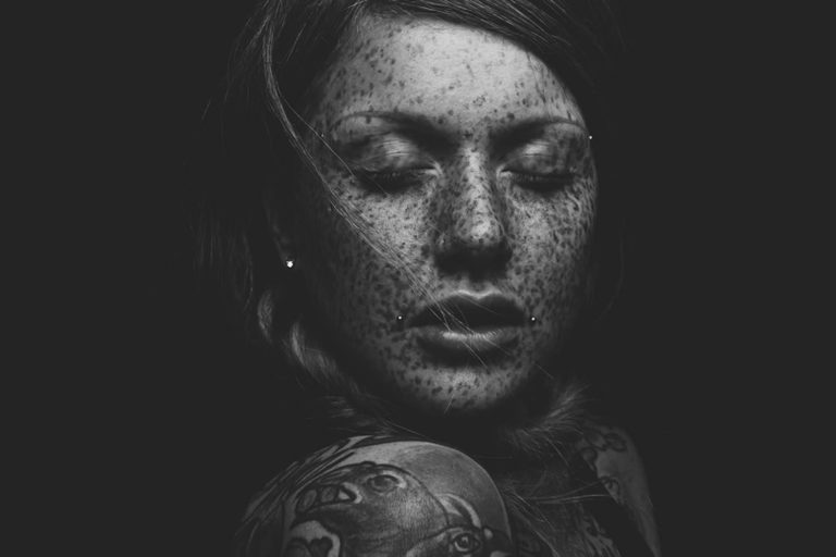 bw-girl-with-freckles