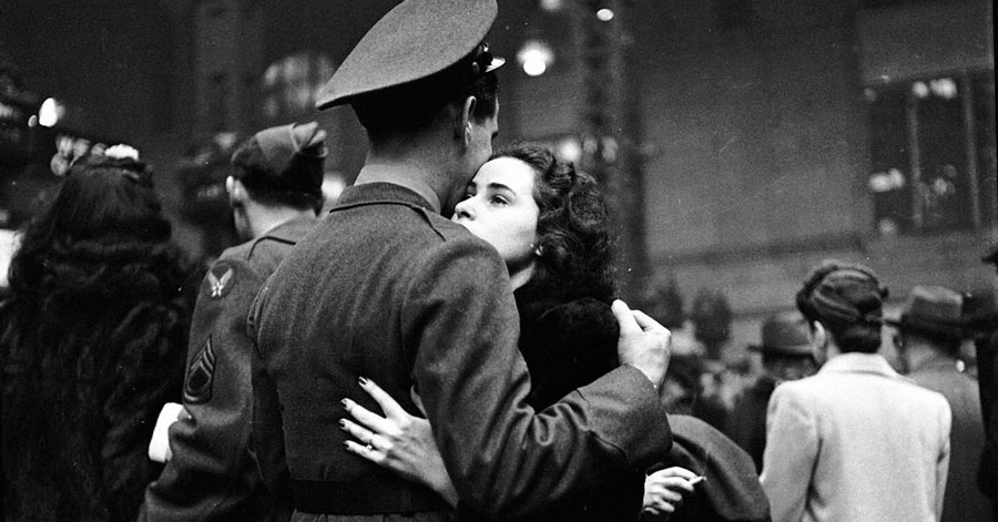 Heartbreaking Historic Photos Depict Kissing Couples During Wartime thumbnail