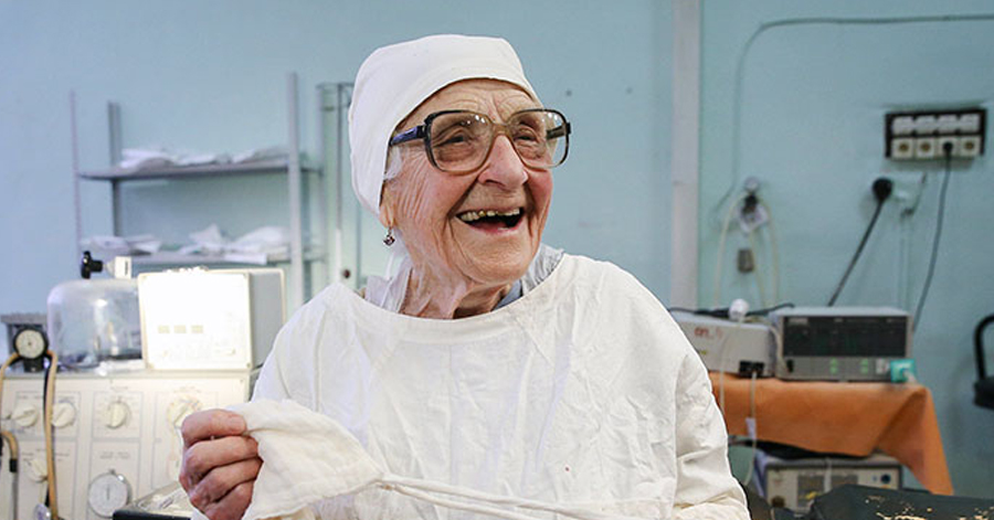 Oldest Surgeon Still Performs Several Operations A Day At The Age Of 89!