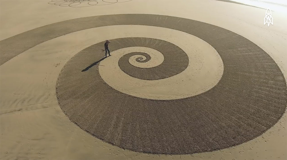 He Draws Giant Geometric Masterpieces In The Sand Before The Tide Washes Everything Away thumbnail